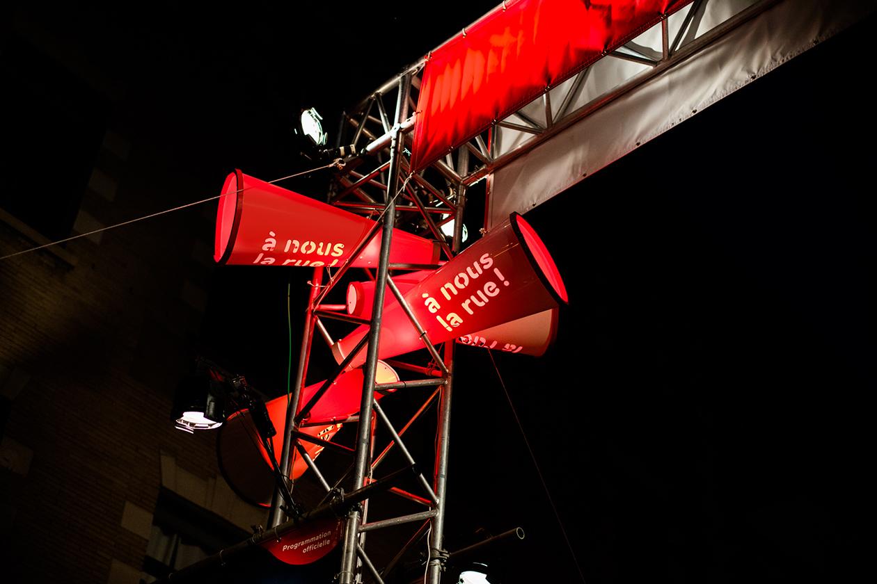 Gros plan de stencils typographiques sur les porte-voix géants fabriqués sur mesure illuminés en rouge avec backlight la nuit
