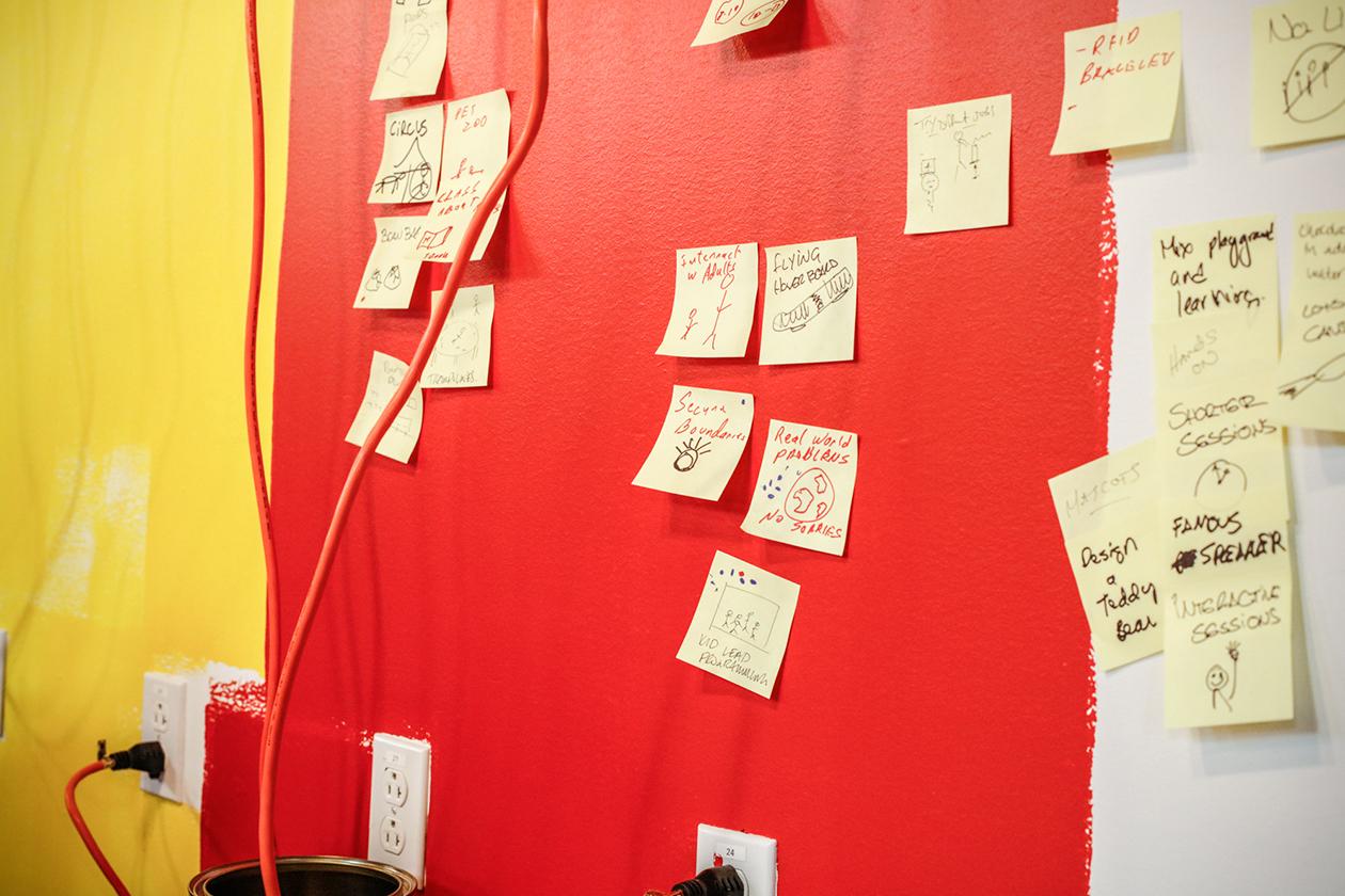 Détail d'un brainstorm de groupe lors d'un atelier créatif à C2 à Montréal.