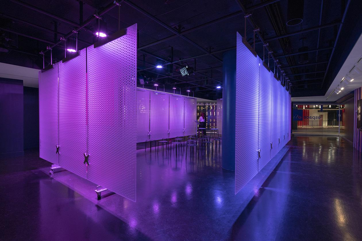 Panneaux centraux troués assemblés au coeur de la salle avec un mécanisme d'attache rendant le montage et le démontage faciles